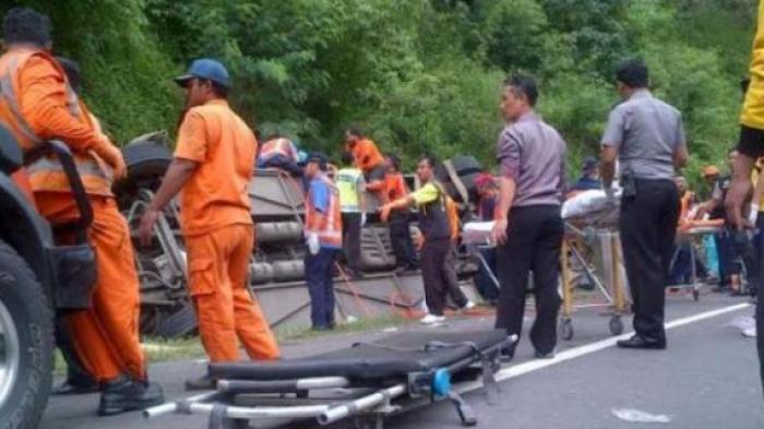 Bus Rombongan Haji Terguling di Tol Jatingaleh Semarang