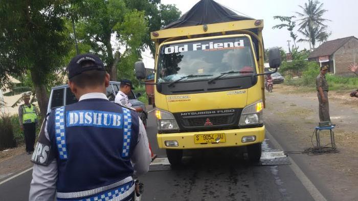 Permalink to Truk Pasir Kabur Hindari Razia di Jalan Srandakan