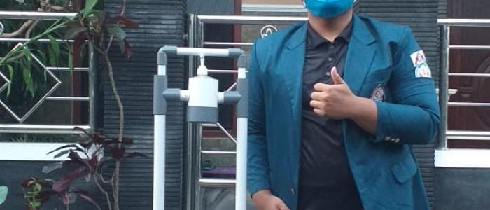 """Guna Putus Rantai Penyebaran Covid-19. Mahasiswa Fakultas Teknik Undip Ciptakan """"Handsanitizer Handless"""" dan Lakukan Sosialisasi New Normal via Door to Door"""